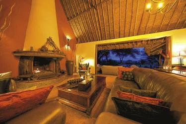 Eine gemütliche Lounge als Treffpunkt nach der Safari, © Tawi Lodge