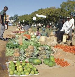 Farbenfrohe Marktstände am Straßenrand