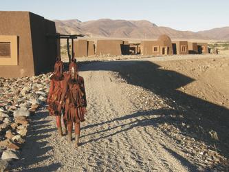 Himbafrauen kommen zu Besuch