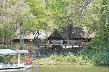 Hauptgebäude vom Fluss gesehen