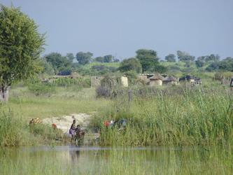 Dörfliches Leben am Fluss