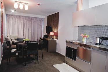 Küchenzeile & Wohnbereich