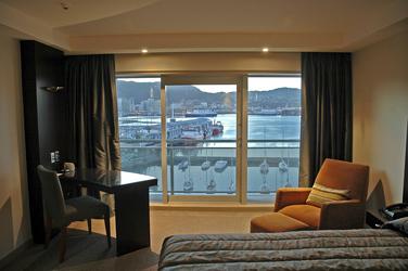 Zimmer mit Hafenblick