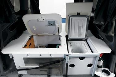 Stauraum und Kühlschrank