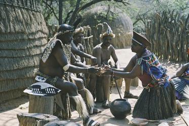 Bierverköstigung im Zulu Dorf