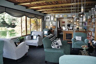 Lounge mit allerlei Fundstücken