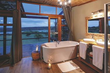 Badewanne der Suite mit Blick aus Wasserloch