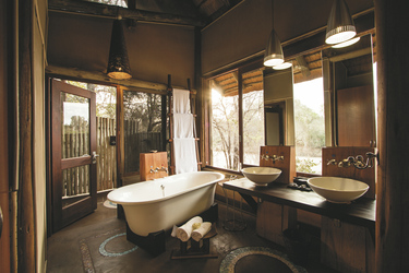 Großzügiges Bad mit Außendusche