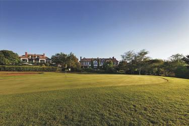 Mit Blick auf den Golfplatz