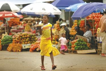 Farbenfrohe Waren auf einem Markt