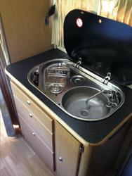 Küche mit Gaskocher und Spüle