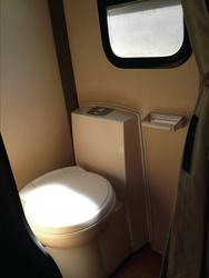 Toilettenraum mit Vorhang