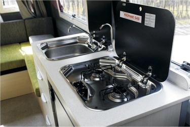 Küche mit Gasherd und Spülbecken