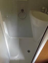 Nasszelle mit Toilette und Dusche
