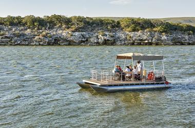 Spannende Bootsfahrt entlang der Küste