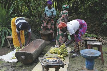 Frauen brauen das traditionelle Bananenbier