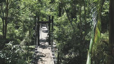 Hängebrücke zwischen den Gebäudeteilen