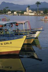 Fischerboote im Hafen von Parati