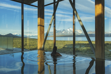 Innenpool mit Ausblick im Tierra Patagonia