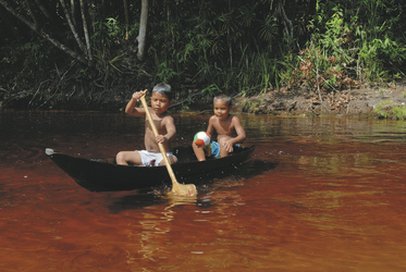 Kinder am Ufer des Inirida Flusses