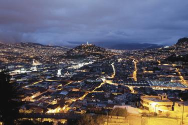 Quito bei Nacht ©Adam Hinton