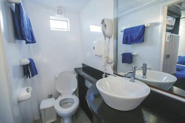 Alle Kabinen haben ein eigenes Bad