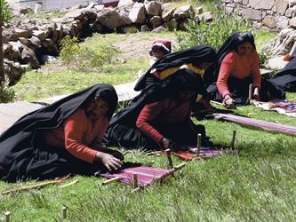 Frauen in Landestracht auf der Insel Taquile