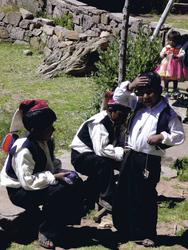 Kinder in Landestracht auf der Insel Taquile