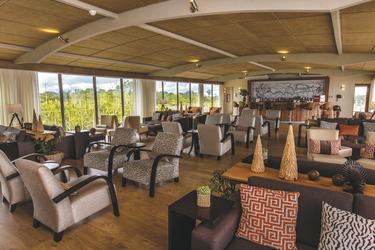 Lounge- und Aufenthaltsbereich mit Bar