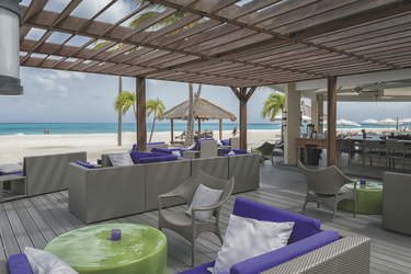 Loungebereich Strandbar, ©Bucuti & Tara Beach Resort