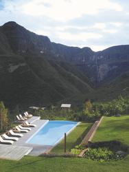 Gocta Lodge mit Blick auf den Wasserfall