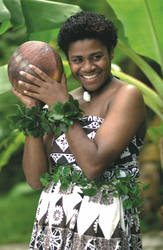 Fijianerin in traditioneller Tapakleidung