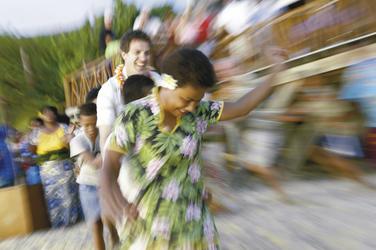 Tanzen mit Einheimischen, © Chris McLennan