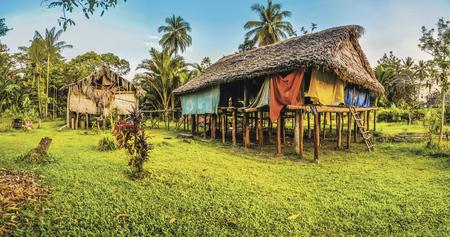 Dorfhäuser am Sepik River