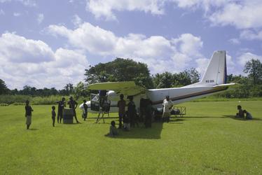 Betankung des Kleinflugzeugs am Airstrip