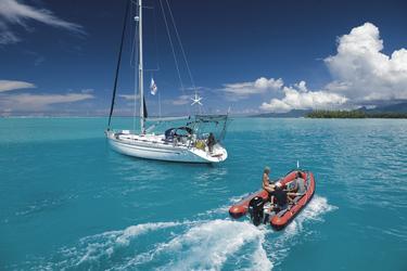 Per Schlauchboot zur Segelyacht