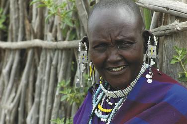 Portrait einer Frau der Masai mit typischem Schmuck