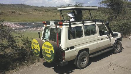 Safarifahrzeug am Momella See