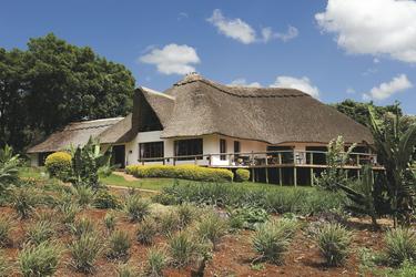 Das traditionelle Farmhaus in einem schönen Garten