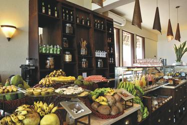 Frühstücksbuffet mit tropischen Köstlichkeiten