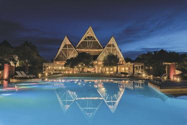 Abendlich erleuchtetes Haupthaus mit Pool