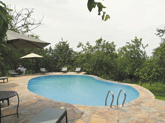 Entspannung am Pool der Sangaiwe Tented Lodge