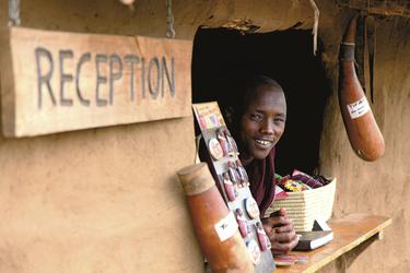 Im Masai Dorf an der Rezeption