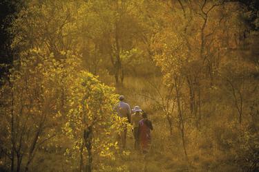 Fußpirsch mit Masai, ©Justin Mott/Mott Visuals
