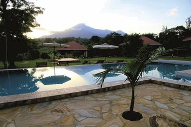 Pool mit Blick auf den Mt. Meru