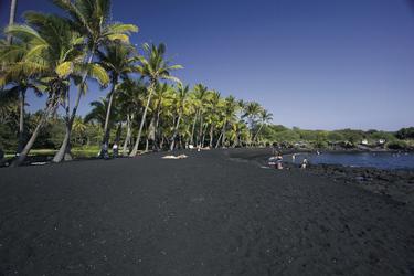 Der Punaluu Beach beeindruckt mit schwarzem Sand