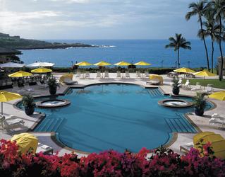 Resortpool und Blick auf das Meer