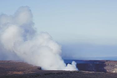 Blick vom Aussichtspunkt im Hawaii Volcanoes NP - © HawaiiTourism - Tor Johnson