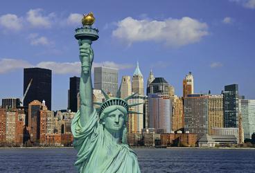 Freiheitsstatue mit Lower Manhattan im Hintergrund - ©Gary